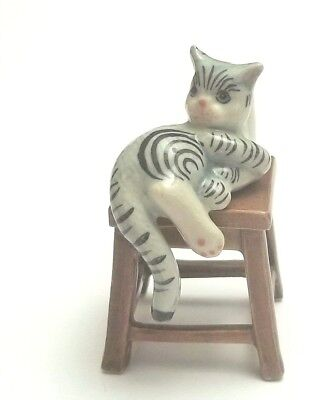 chat sur un tabouret, miniature de collection en porcelaine, cat, poes  *S2-1