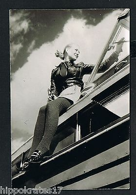 FOTO vintage PHOTO, Frau Dame putzt Fenster woman dressing up window femme /76