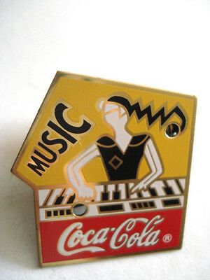 Pins Rare Music Musique Coca Cola Pin-Up Au Synthetiseur Piano