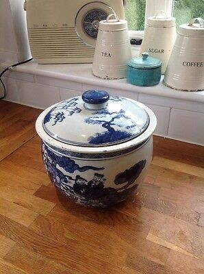 Beautiful Antique Blue And White Chinese hand painted jar with lid