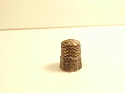 Vintage sterling silver #9 thimble with gothic letter inside dome