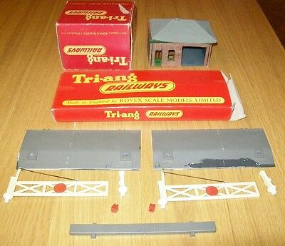 TRI-ANG Railways PORTERS ROOM & LEVEL CROSSING - OO scale