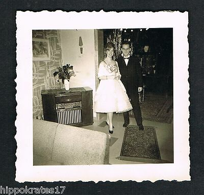 FOTO vintage PHOTO, Röhrenradio Ehepaar living room radio tube couple salon /67b
