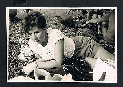 FRAU, Photo vintage Foto, Mode Dame Rasen Gras woman lady grass femme herbe /105