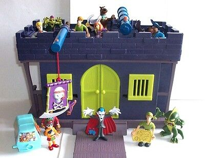 Scooby Doo Haunted Castle With 11 Small Goodies, Baddies And Monsters Figures