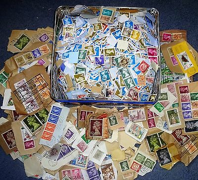 1kg Kiloware. Mainly GB machins but some world stamps mixed in.