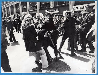 1972 Vietnam Protesters Nixon Headquarters Chicago Illinois Original Press Photo
