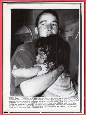 1968 US Soldier Aiding Wounded Child Saigon Vietnam Original Wirephoto