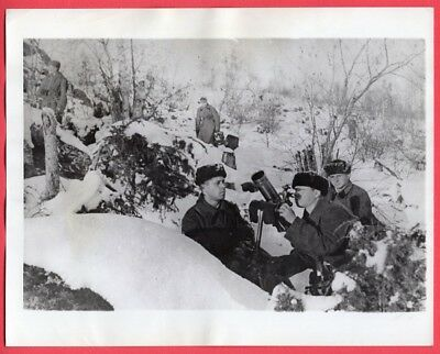 1942 Russian Soldiers Sight Mortar on Russian Front 7x9 Original News Photo