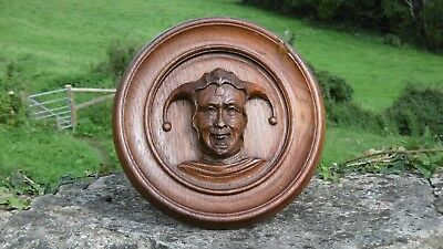 SUPERB 19thc CIRCULAR OAK PLAQUE WITH CARVED HEAD OF A JESTER