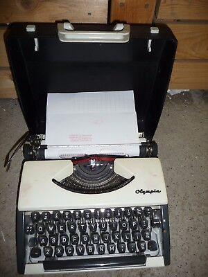 Typewriter manual OLYMPIA very nice condition hard black case    DG
