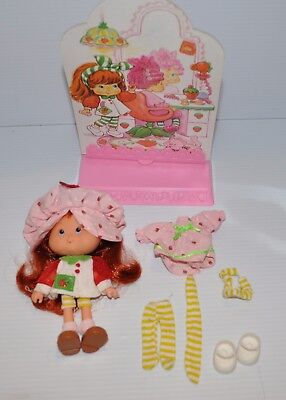 STRAWBERRY SHORTCAKE 1991 DOLL with Display Scene - rj