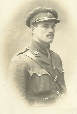 1 x WW1 era portrait postcard  Bedfordshire Regt Officer