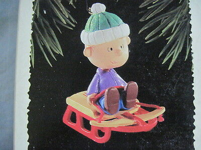 1995 Hallmark THE PEANUTS GANG Ornament LINUS ON SLED New NIB