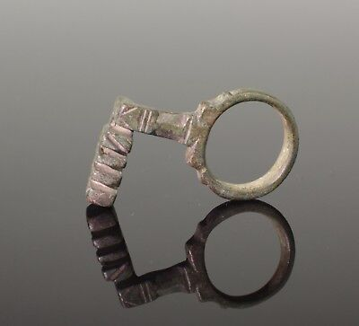 ANCIENT ROMAN BRONZE KEY RING - CIRCA 2nd Century AD   01