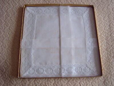 > VINTAGE HANKERCHIEF - WHITE COTTON WITH LACE EDGE - 25 x 25 cms [GG]