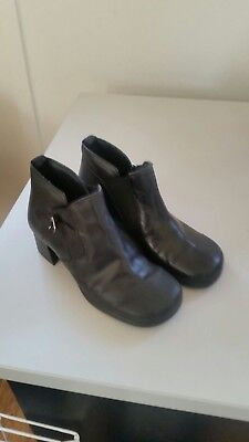 womens boots leather 6 round toes  square heels  solid  pre loved  Bargain  $15