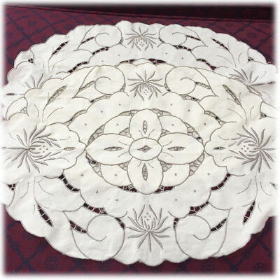 2 VTG Off White Linen Placemats Gray Embroidered Flower Border Cutwork Pattern