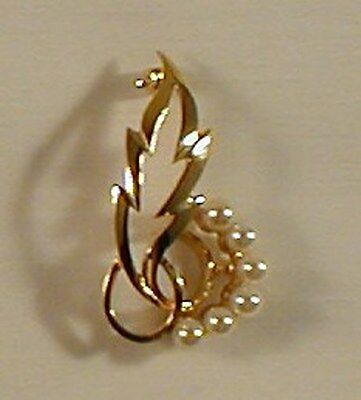 9 carat GOLD HALL MARKED  BROOCH - CULTURED PEARLS