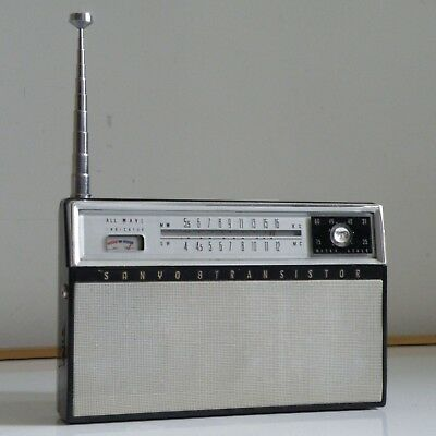 NICE 60s VINTAGE SANYO JAPAN BS-P14 MW-SW TRANSISTOR RADIO IN CASE, PARTLY WORKS