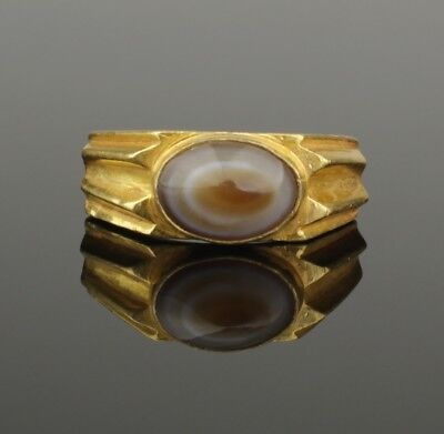 SUBSTANTIAL ANCIENT ROMAN GOLD RING SET WITH POLISHED AGATE - 2nd Century AD