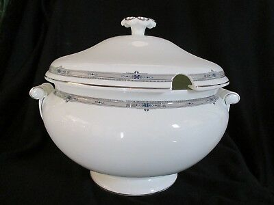 Wedgwood - AMHERST R4727 - Covered Soup Tureen