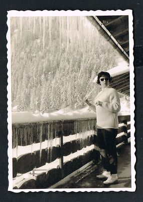 FOTO vintage PHOTO, Eiszapfen, Frau, Balkon, icicle, woman, balcony, Winter /149