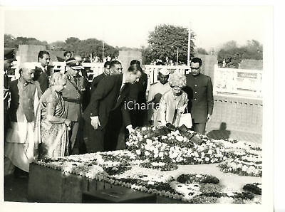 1961 NEW DELHI Queen ELIZABETH II and Prince PHILIP putting wreath on the Shrine