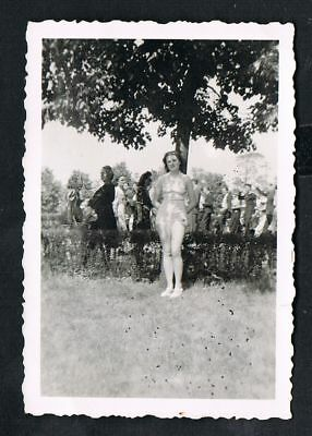 FOTO vintage PHOTO, Frau zeigt Beine, Mode, women, legs, fashion, /156