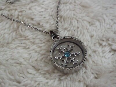 Silvertone Snowflake in Glass Pendant Necklace (A43)