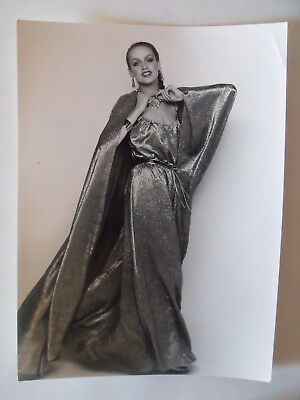 ▬►1977 PHOTO de Presse ORIGINALE Robe et Cape DIOR Mode Fashion Vintage