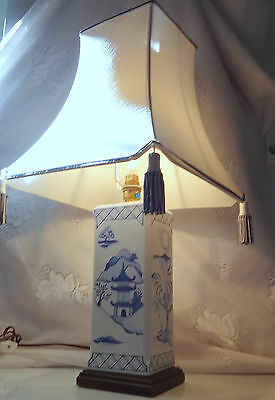 Vintage Chinese Asian Oriental Blue White Pagoda Blue Willow Wood Base Lamp