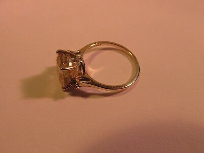 9ct solid gold ring set with a stone      2.7 grams