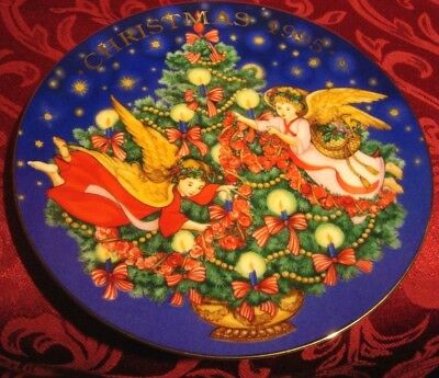 1995 AVON Christmas Collector Plate TRIMMING THE TREE Porcelain 22K Gold Trim