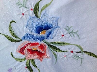 RETRO VINTAGE PRETTY EMBROIDERED white crisp Cotton FLORAL card TABLE CLOTH 32""