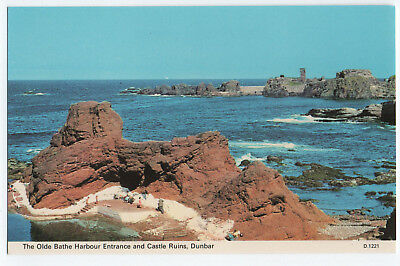 (P3423) Old Bathe Harbour Entrance & Castle Ruins, Dunbar. Vintage Postcard