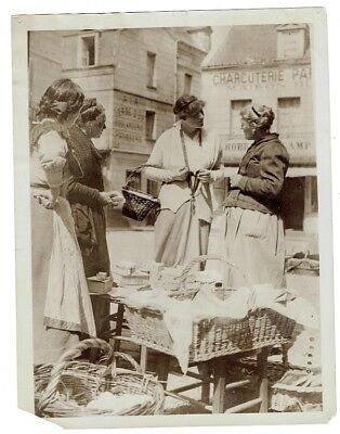 WWI PRESS PHOTO- British woman buys delicacies for wounded soldiers in France