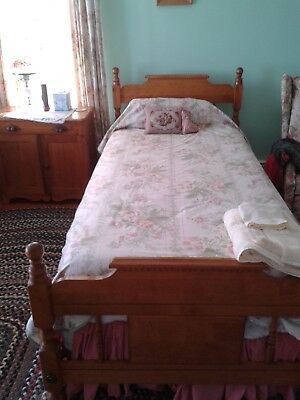 2 maple single beds, colonial style, (1 extra-long) with mattresses, box springs