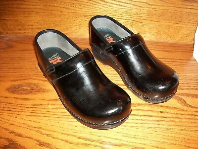 Dansko Black Patten Leather Slip On Clogs Shoes Size 40 Very NICE & Worn Little