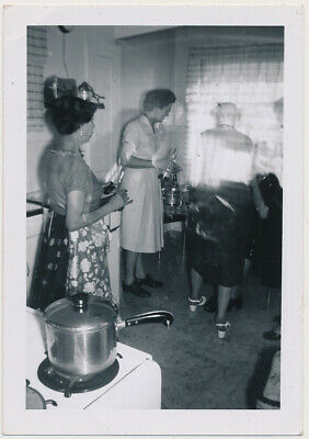 STUNNED WOMEN WATCH GHOST LADY SPIRIT DISAPPEAR! vtg ABSTRACT LIGHT photo