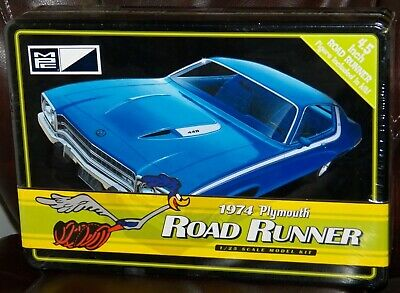 MPC 781  1974 Plymouth Road Runner W/ Road Runner Figure in tin box model 1/25