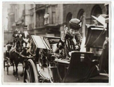 WWI Queen Alexandra Throws a Rose to Wounded London England Original News Photo