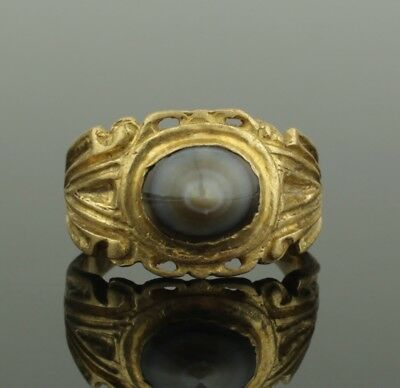 SUBSTANTIAL ANCIENT ROMAN GOLD RING SET WITH POLISHED AGATE - 2nd Century AD 025
