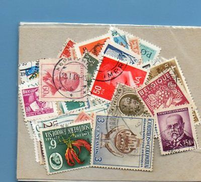 A SMALL COLLECTION OF WORLD STAMPS IN PACKET.(ref.64)USED