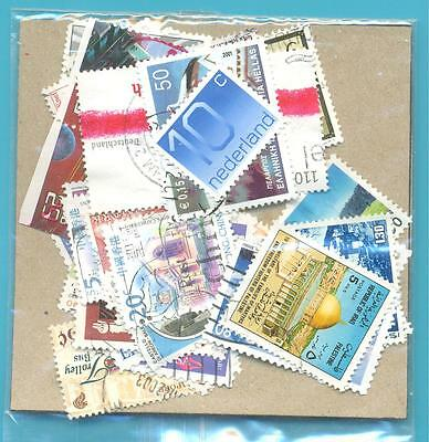 A SMALL COLLECTION OF WORLD STAMPS IN PACKET.(ref.257)USED