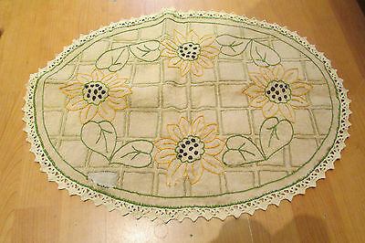 ancien napperon toile beige brodé a la main decor tournesol