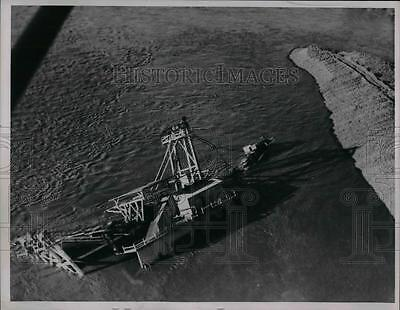 1937 Press Photo Huge dredger at Oroville, Calif. in the Feather River overturns