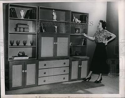1950 Press Photo Emilie Anderson Looking At Arrangements At American Furniture