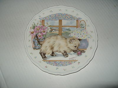 ROYAL ALBERT Collectors Plate PLAYTIME A SIAMESE KITTEN CAUTIOUSLY STALKING ITS