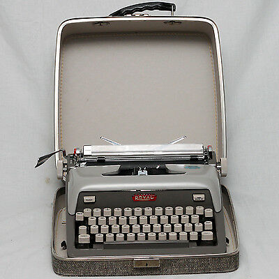 1945 Vintage Royal Futura 800 Typewriter in Case Antique in working condition